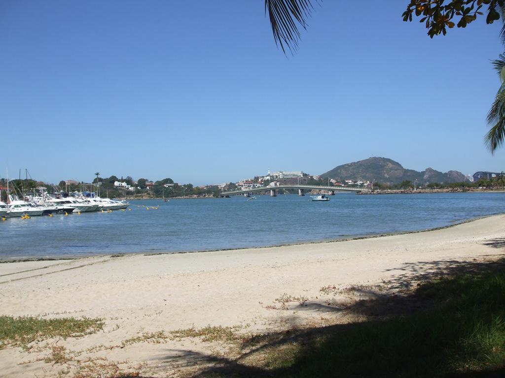 Bucht mit Booten und Brücke