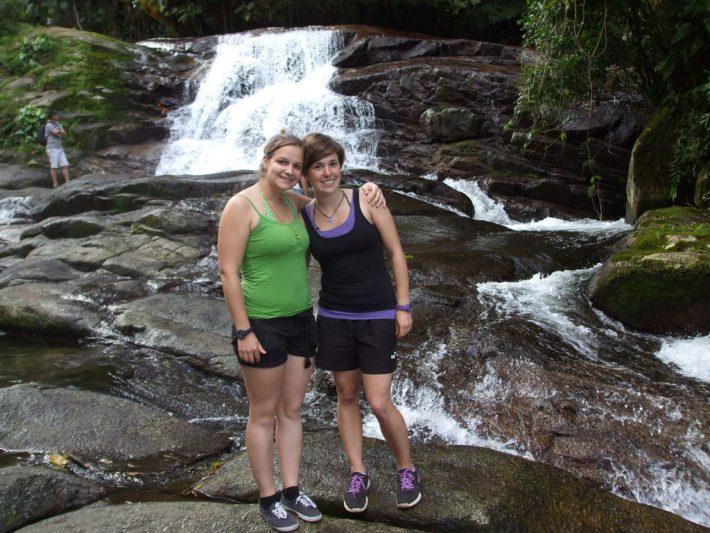 Lisa und Jojo und Wasserfall