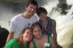 Vier Pilger vor dem Wasserfall