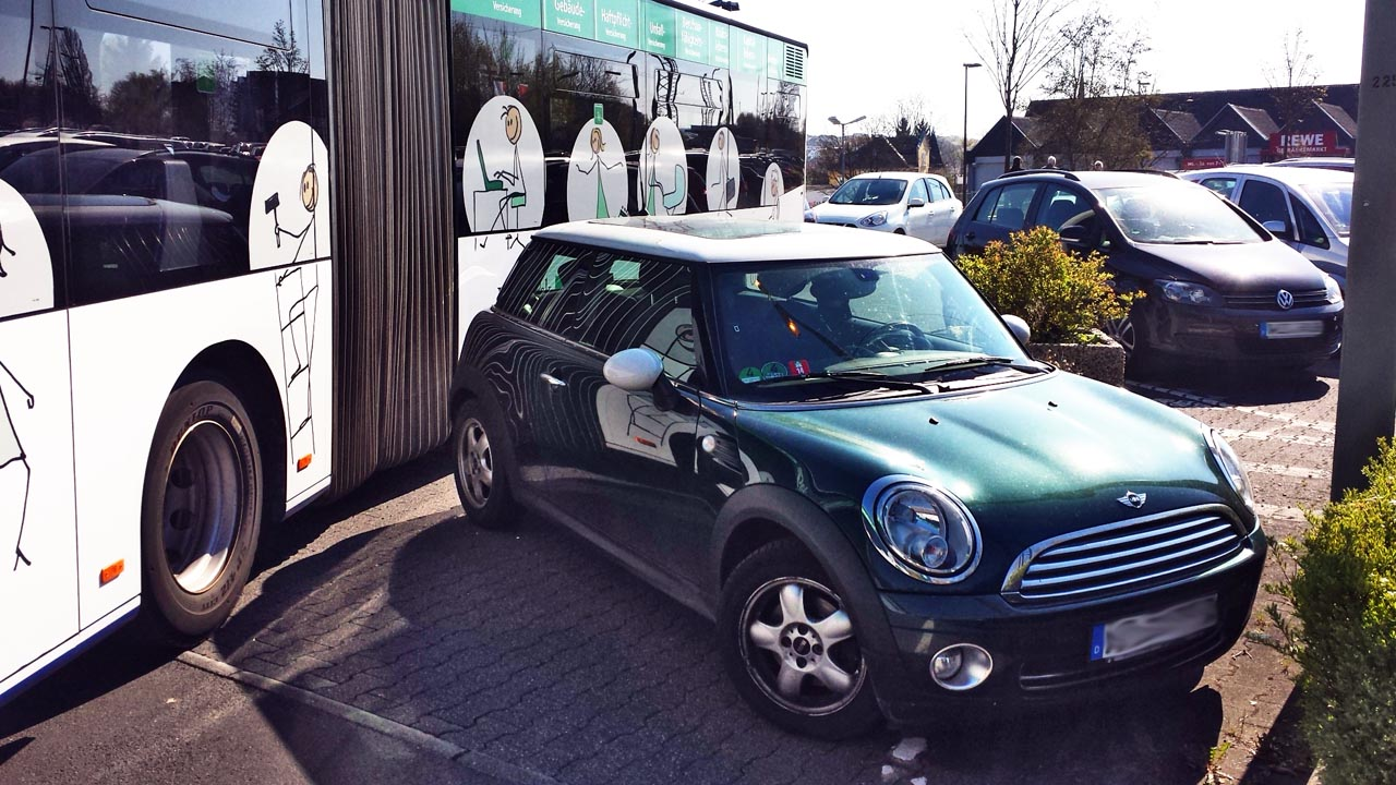 Grüner Mini im Parkverbot