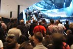 Sehr viele Leute bei Mercedes auf der Rolltreppe