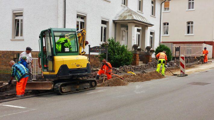 Bauende Arbeiter und Geräte